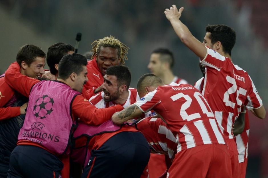 Los jugadores del Olympiakos griegos felicitan a Campbell tras anotar el 2-0. (Foto: AFP)