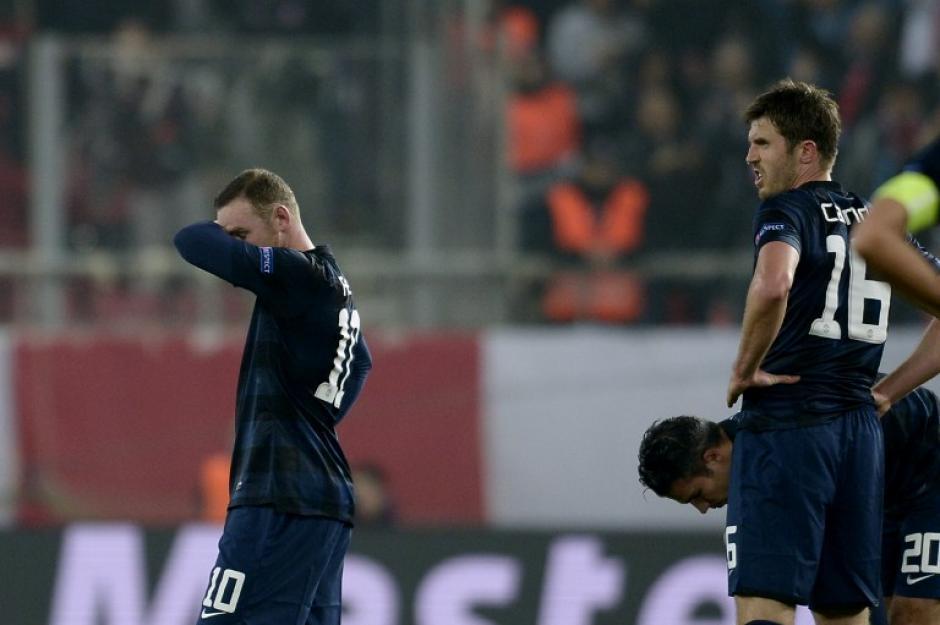 Rooney y el resto del Manchester United se lamentan por la derrota. (Foto: AFP)