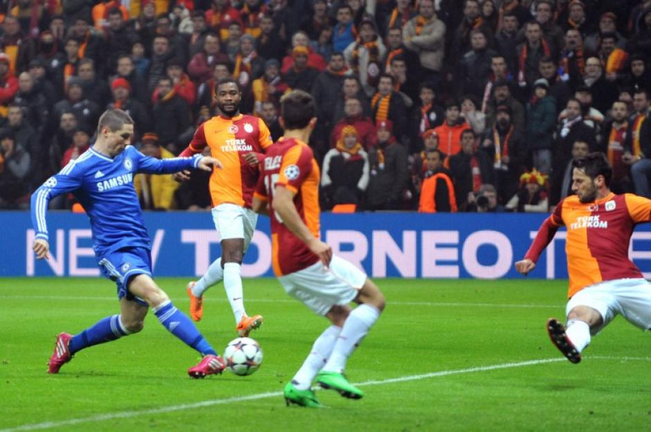 Momento en el que Torres realiza el disparo que se convertirá en gol ante el Galatasaray
