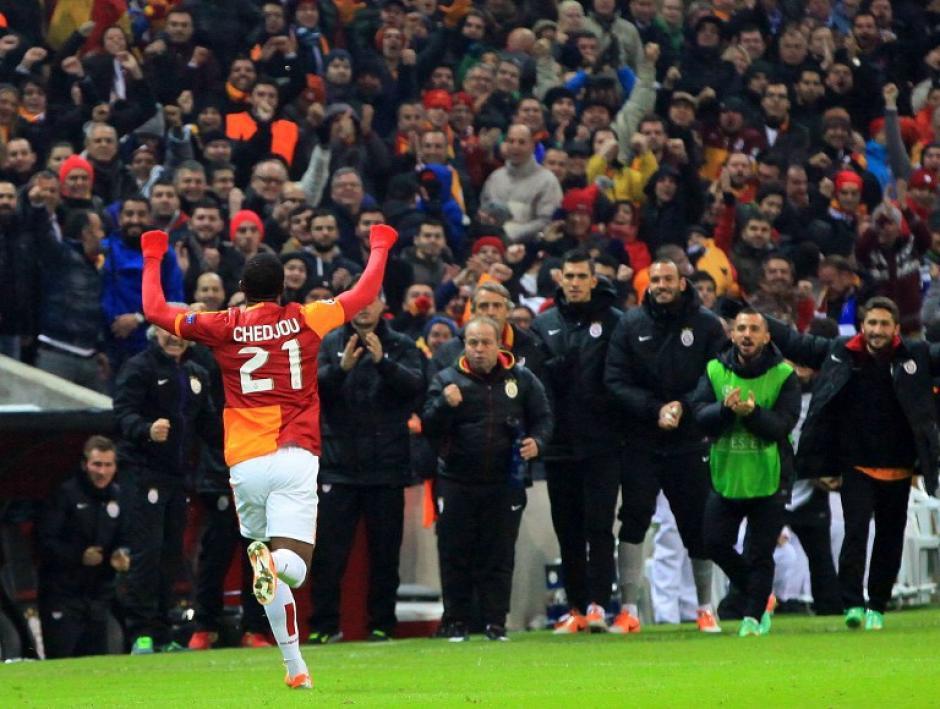 Chedjou celebra hacia los aficionados tras anotarle al equipo de Mourinho