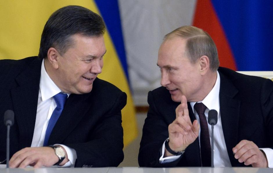 Esta fotografía fue tomada el 17 de diciembre de 2013 en una reunión con Vladimir Putín. Rusia admitió la solicitud de asilo hecha por Yanukovich. (Foto:AFP)