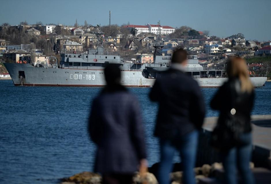 Un buque de guerra ruso transita por el mar de la ciudad de Sebastopol en la península de Crimea. (Foto: AFP)