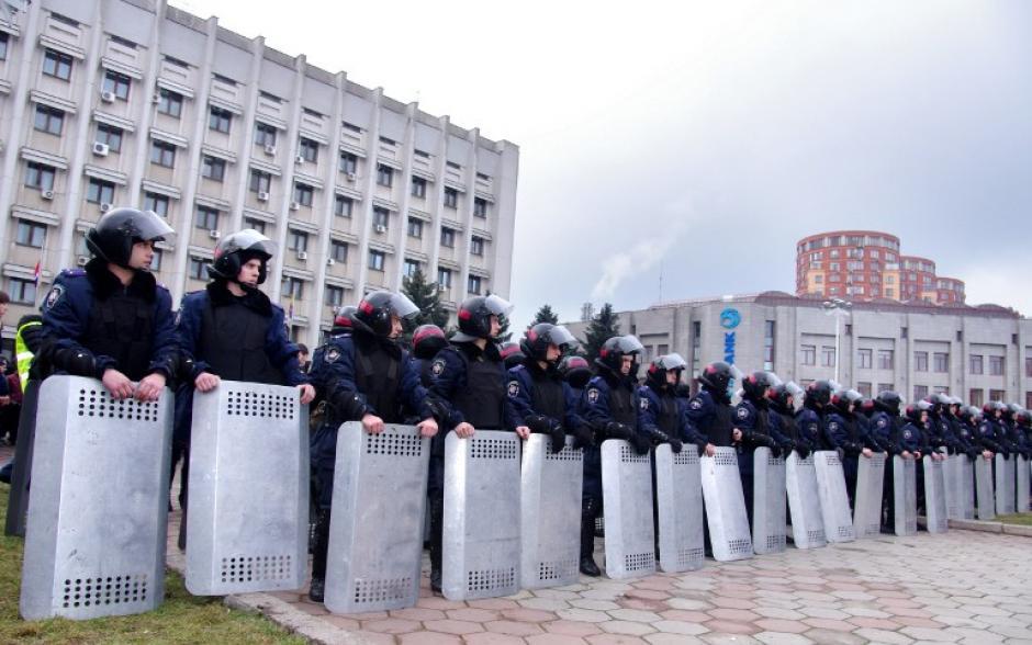 Mientras la ONU hace esfuerzos por llegar a entendidos con los representantes de la diplomacia ucraniana y rusa, la policía antidisturbios de Ucrania vigila uno de los edificios estatales. (Foto: AFP)