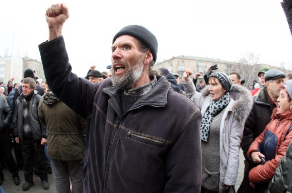 Activistas pro-rusos gritan consignas durante su mitin en frente del edificio de la administración del Estado regional en la ciudad de Ucrania de Donetsk. (Foto:AFP)