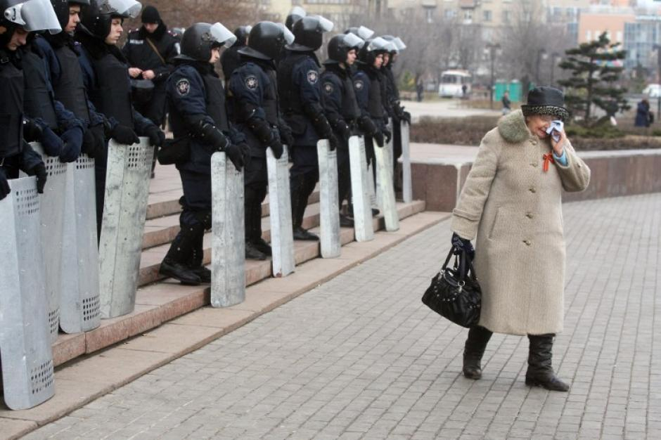 Un activista pro-rusa llora mientras camina por la plaza frente al palacio del Estado. (Foto:AFP)