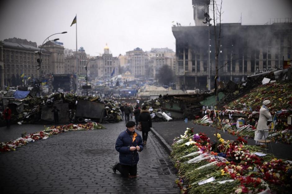Un hombre reza en la Plaza de la Independencia, en el centro de Kiev. (Foto:AFP)