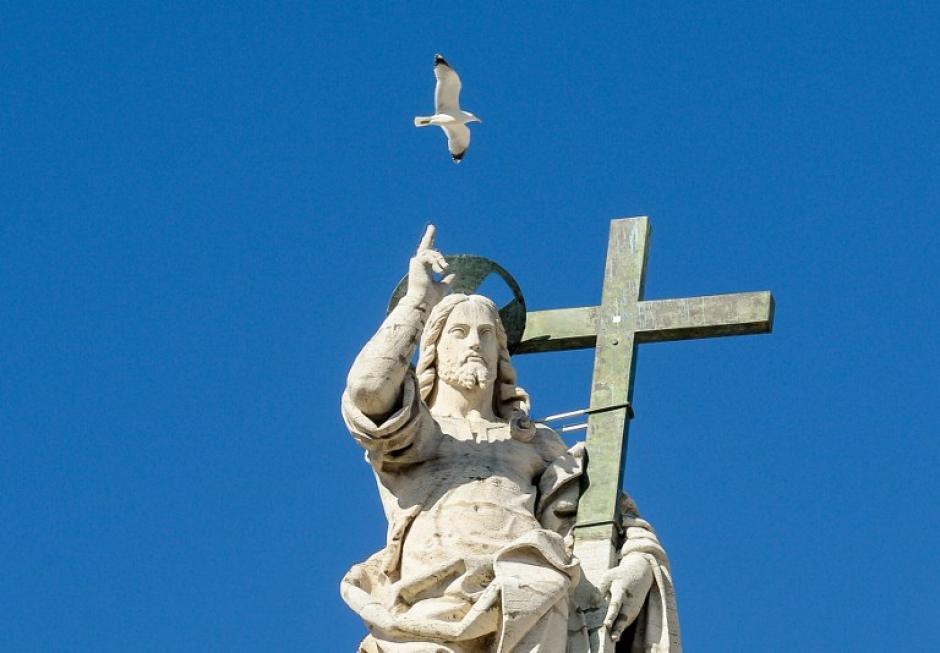 Una gaviota vuela sobre una estatua de Jesús en la parte superior de la Plaza de San Pedro. Mientras tanto en la Basílica, el Papa el Papa Francisco ofrecía un discurso durante la audiencia general de los miércoles. (Foto: AFP)