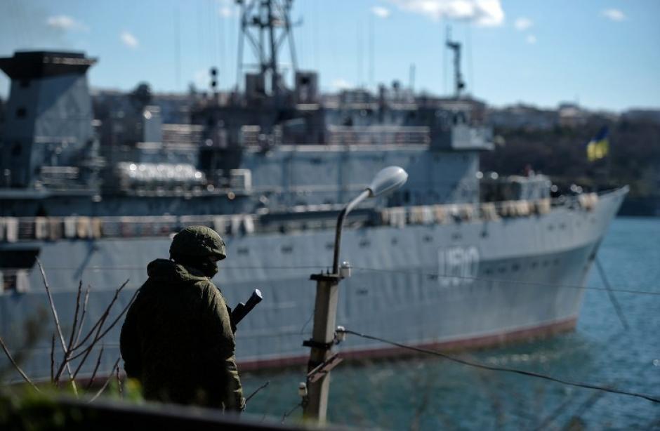Al fondo se observa el buque de la armada ucraniana Slavutich en que ha sido tomado. (Foto:AFP)