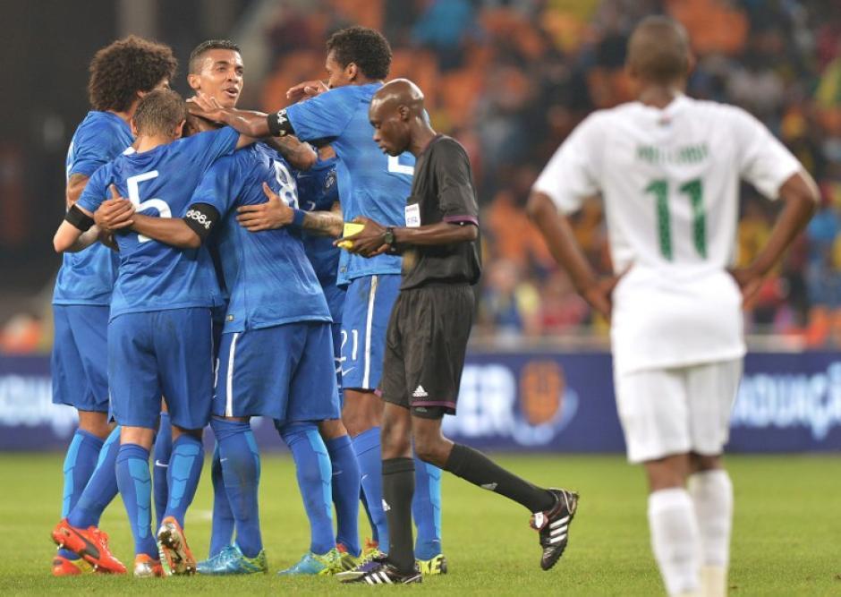Los jugadores brasileños celebran la victoria 5-0 ante el combinado sudafricano. (Foto: AFP)