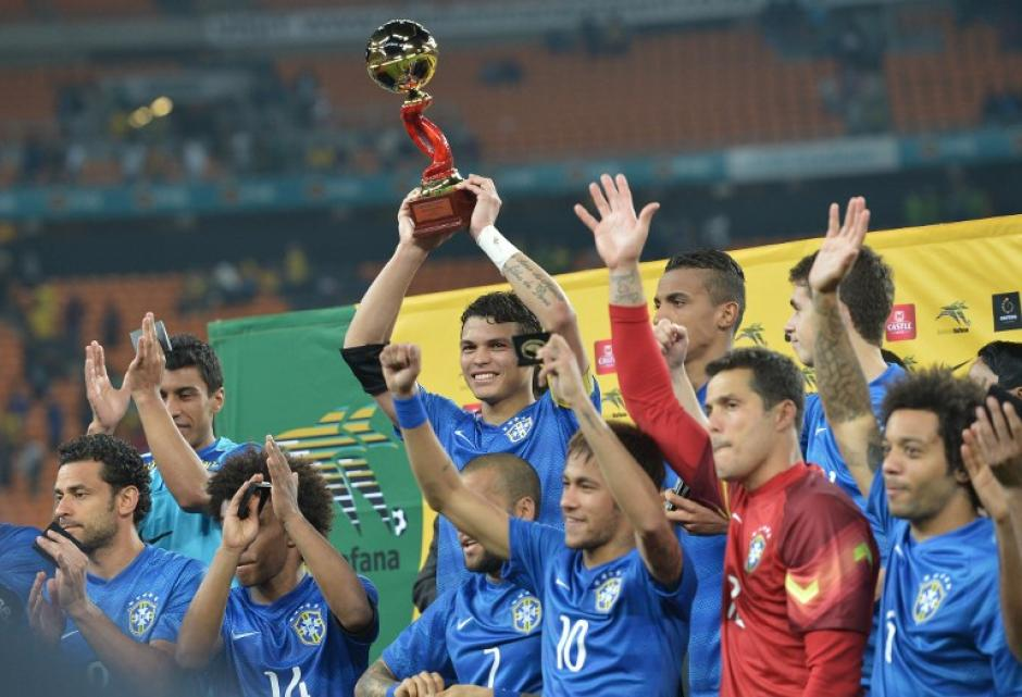 """Los brasileños recibieron el """"Trofeo de la Amistad"""" tras ganar a los locales en Johannesburgo. (Foto: AFP)"""
