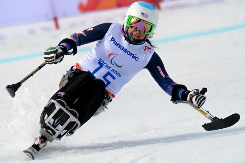 """Alana Nichols de Estados Unidos compite durante la prueba """"bajada sobre asiento"""" para mujeres en los XI Juegos Paralímpicos de Invierno en Sochi, Rusia. (Foto: AFP)"""