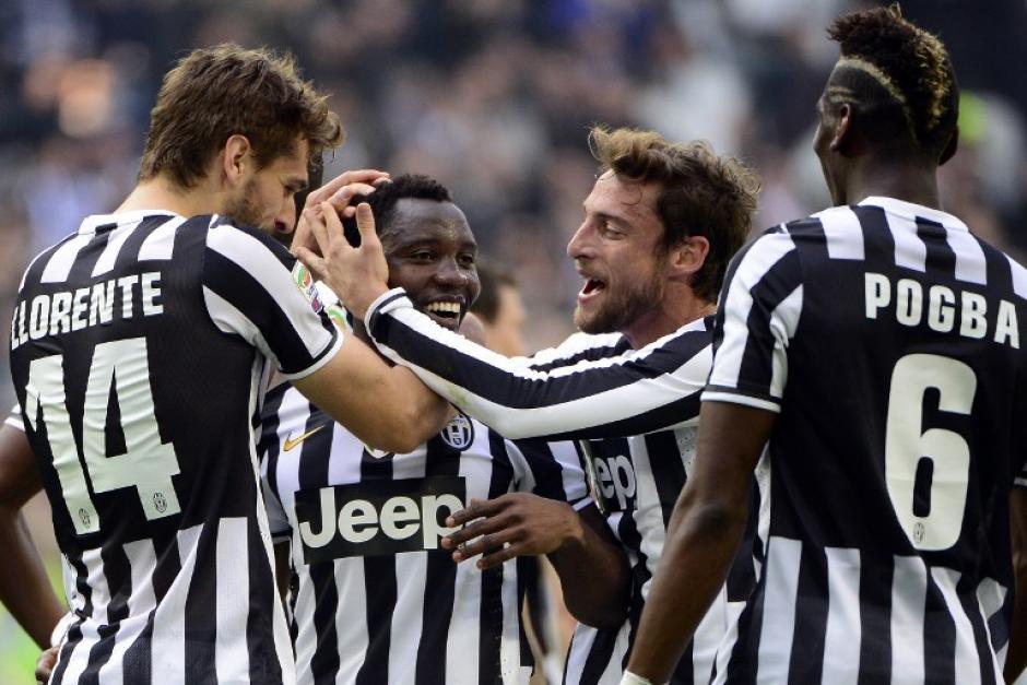 Los jugadores de la Juve, Llorente y Pogba, felicitan al ghanés Kwadwo Asamoah, quien anotó el único tanto del encuentro