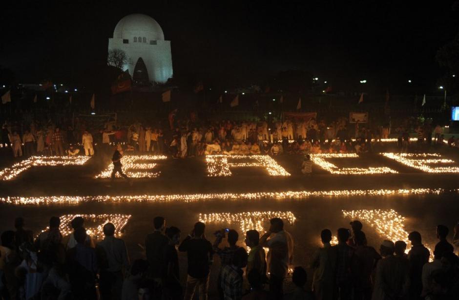 Activistas de Pakistán forman la palabra Peace (paz) con miles de veladoras clamando por el cese a la violencia tras ataques de grupos disidentes. Imagen del domingo 9 de marzo