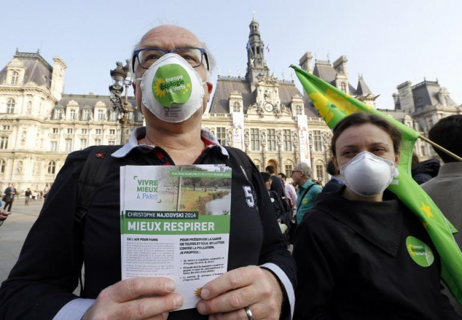 La gente toma parte de una reunión contra la contaminación frente al ayuntamiento de París, las autoridades han dicho que las particulares pueden provocar asma, alergias, enfermedades respiratorias y las mas fines son consideradas cancerígenas. (Foto:AFP)