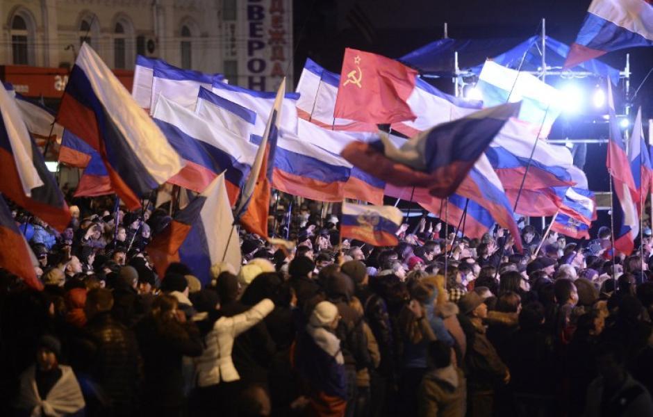 """""""Si vamos con Rusia"""" eran algunas de las pancartas que mostraban algunos de los habitantes de Crimea que celebran su anexión a la nación rusa. (Foto: AFP)"""
