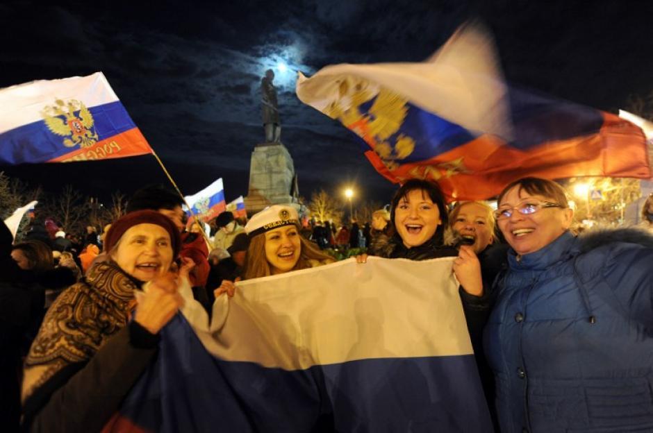 """No sólo los nostálgicos de la grandeza soviética se pronunciaron a favor de integrarse a Rusia, ya que las nuevas generaciones están deseosas de romper lazos con Ucrania, a cuyas nuevas autoridades califican abiertamente de """"fascistas"""". (Foto: AFP)"""