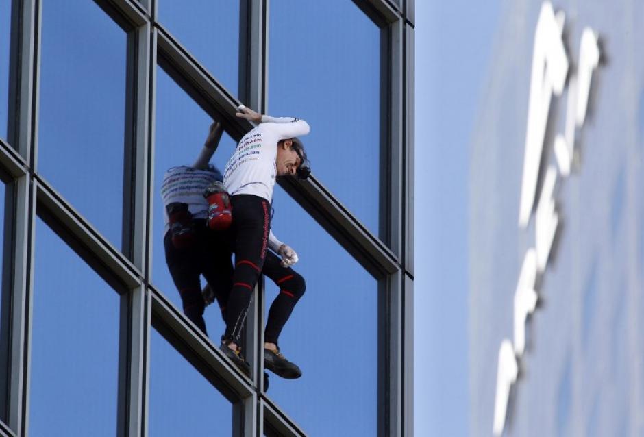 Alain Robert escaló una torre de 186 metros en París. (Foto: AFP)