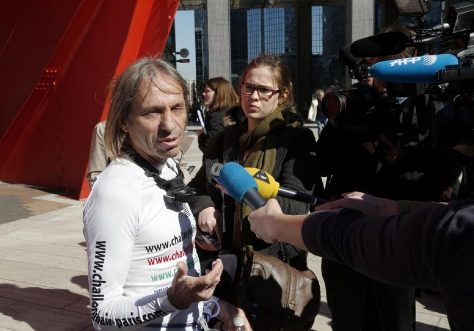 Al final de su reto fue entrevistado por reporteros. (Foto: AFP)