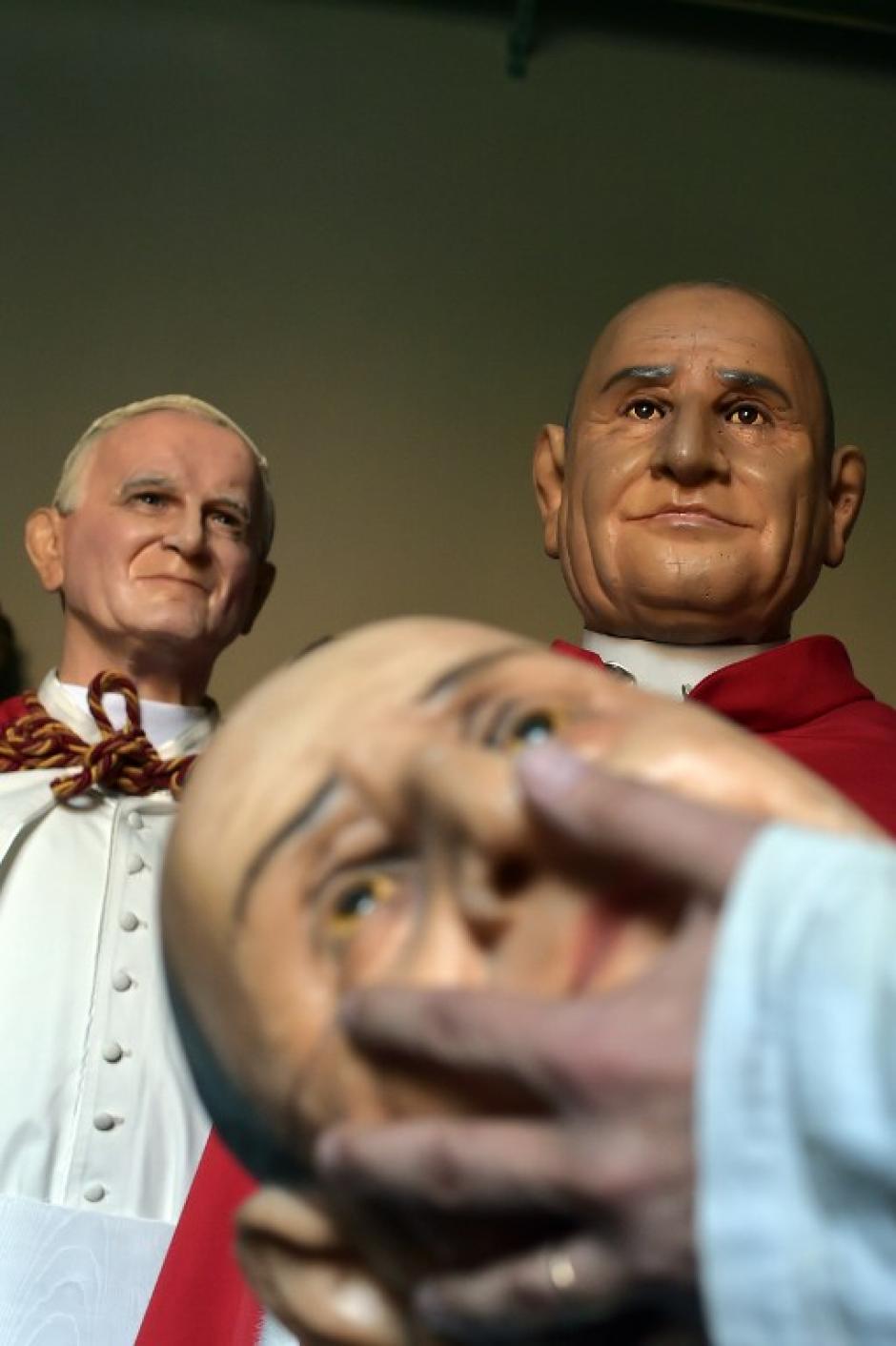 el Papa Francisco ha decretado que los Beatos Juan XXIII y Juan Pablo II sean canonizados, es decir inscritos en el Libro de los Santos, el 27 de abril del próximo año 2014, segundo domingo de Pascua, día dedicado a la Divina Misericordia. (Foto: AFP)