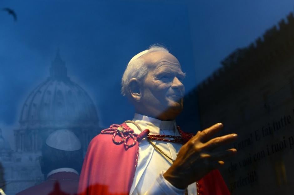 La efigie de Papa Juan Pablo II se representa en el museo de cera de la Roma. Los papas Juan Pablo II y de Juan XXIII se harán santos en una ceremonia conjunta sin precedentes el 27 de abril de 2014 en un intento por unificar Católica conservadores y liberales. (Foto: (AFP/GABRIEL BOUYS)