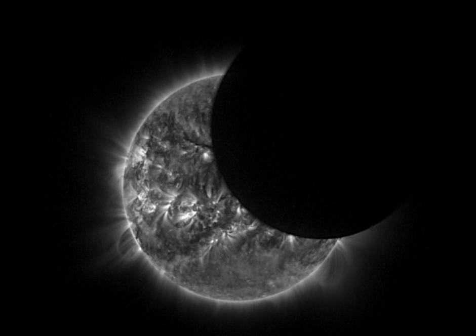 Esta captura de pantalla del video difundido este 29 de abril por la Agencia Espacial Europea (ESA) y hecha por el telescopio solar Proba-2, muestra el eclipse solar visto únicamente desde Australia. (Foto: AFP)