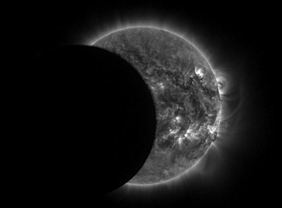 """Esta imagen captada por el observatorio solar Proba-2 del eclipse anular o """"anillo de fuego"""", fue proporcionada por la Agencia Espacial Europea. (Foto: AFP)"""