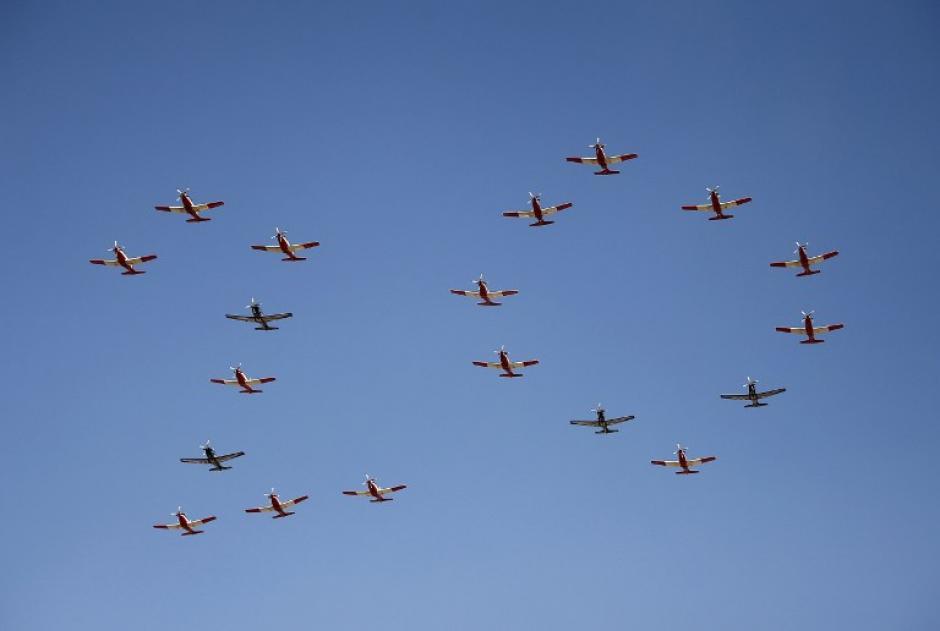 Aviones de la Fuerza Aérea de Sudáfrica forman el número 20 que representa los años de democracia en Sudáfrica, mientras vuelan sobre el edificio de la Unión durante la ceremonia de toma de posesión del presidente de Sudáfrica, Jacob Zuma. (Foto: Siphiwe Sibeko/AFP)