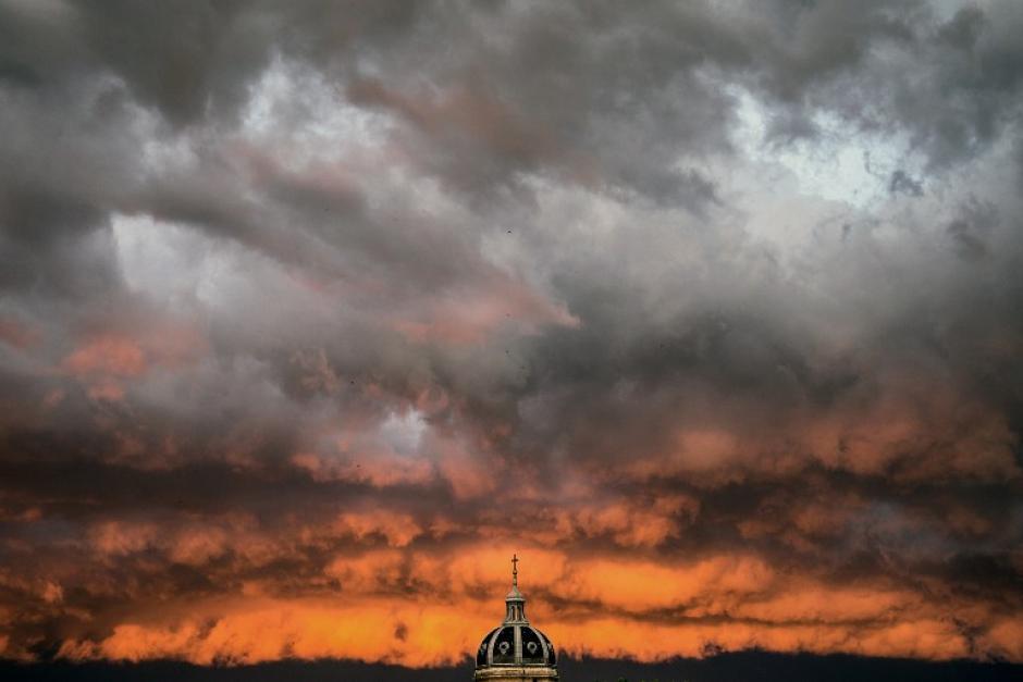 Una tormenta se observa por encima de la iglesia Saint-Bruno des Chartreux, en Lyon Francia. (Foto: AFP / JEFF PACHOUD)