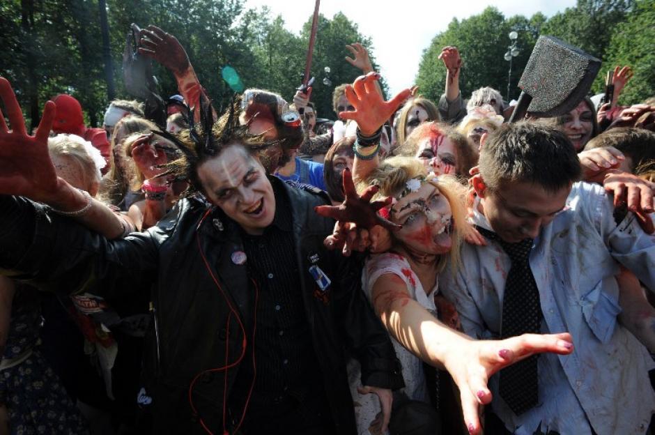 """Cientos de zombies invadieron las calles de San Petersburgo en el marco del """"Zombie Walk"""". Jóvenes rusos tomaron parte de este """"flashmob"""" que es uno de los más de 134 eventos que se realizarán en la Feria de las Flores 2014. (Foto: AFP/Olga Maltseva)"""