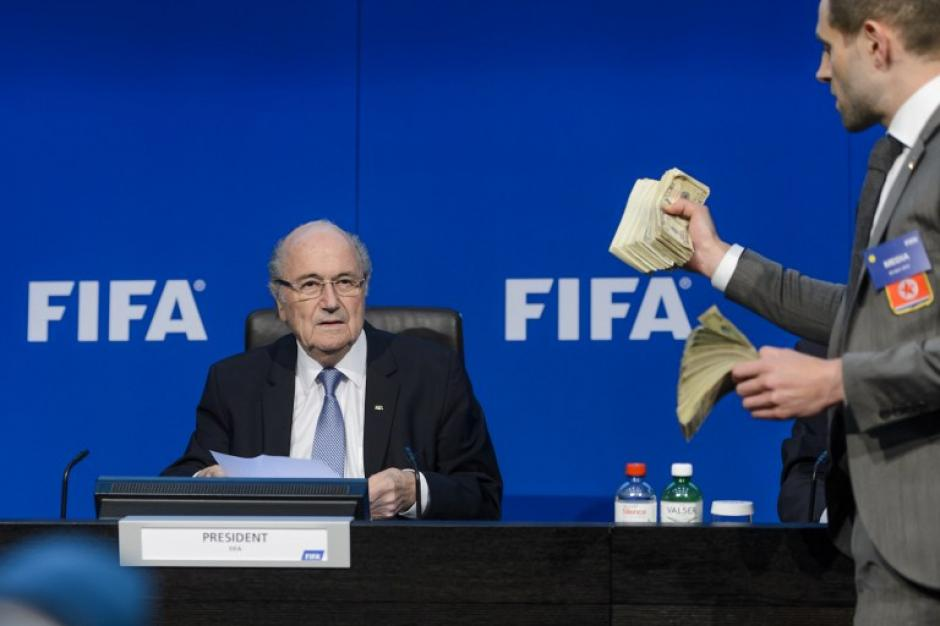 Blatter podría haber recibido sobornos por 92 millones de euros