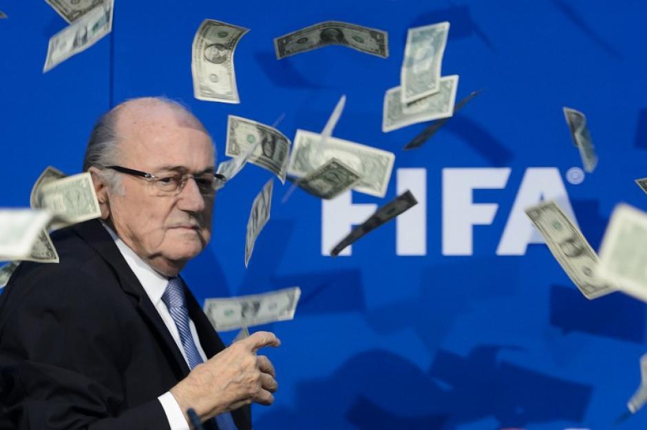 Joseph Blatter fue recibido por un intruso que le tiró dólares a la cara justo cuando iniciaría su conferencia de prensa por la FIFA