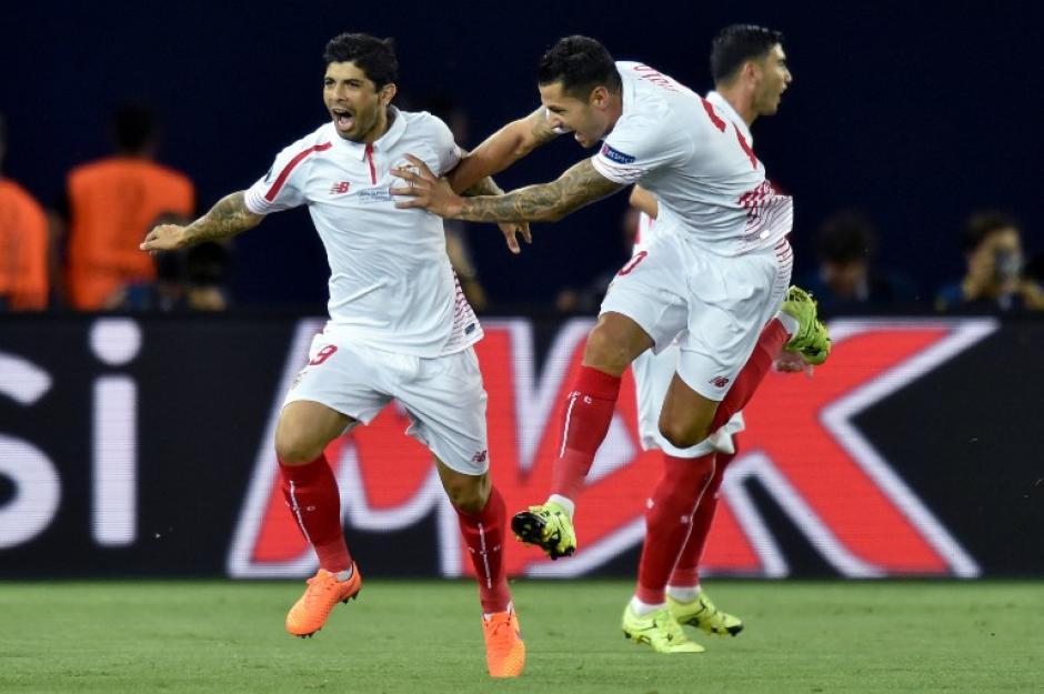 Ever Banega abrió el marcador del juego para el Sevilla con un tiro libre al minuto 3 del primer tiempo