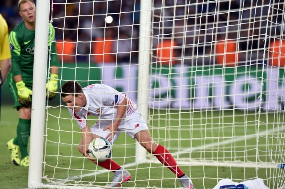 El Sevilla perforó en cuatro ocasiones la puerta del Barcelona, en la foto Kevin Gameiro inicia una celebración de gol