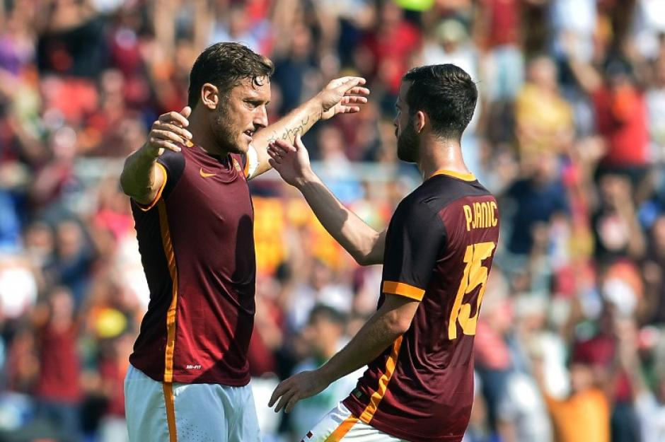 Pjanic felicita a Totti por el gol que anotó al Sassuolo. (Foto: AFP)