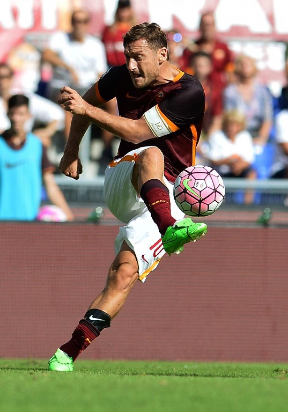 Francesco Totti es un delantero italiano de 38 años de edad
