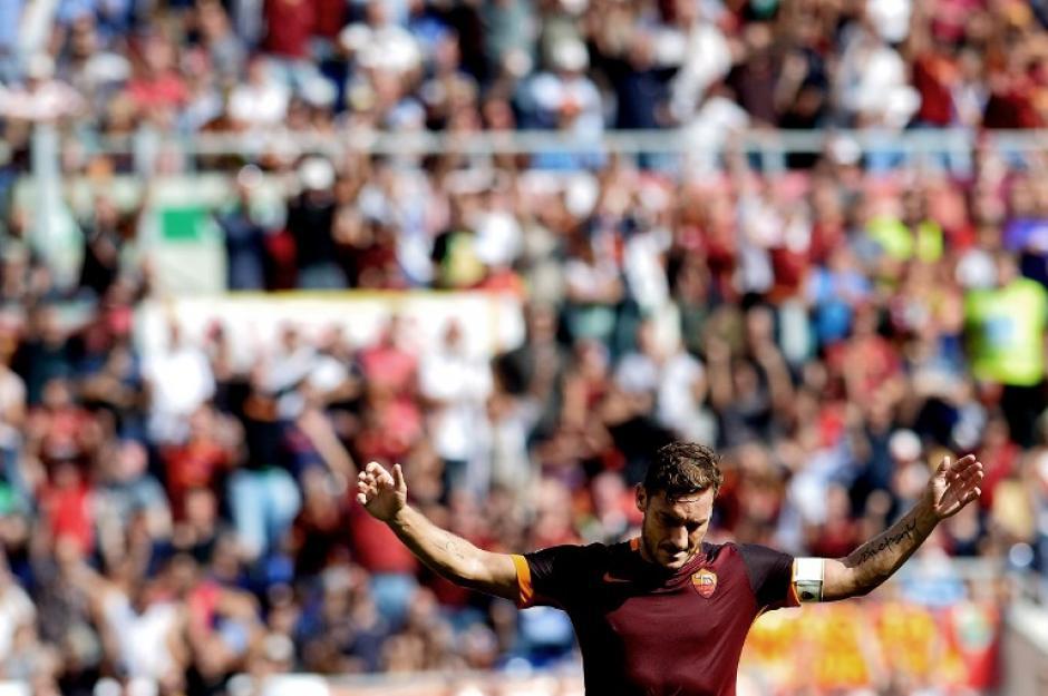 Totti anotó su gol número 300 defendiendo la camisola de la Roma. (Foto: AFP)