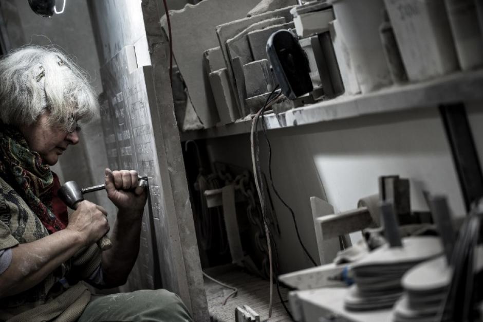 Un escultor trabaja en una lápida en su taller, en 29 de octubre 2015, cerca del cementerio Loyasse en Lyon. En el día donde se recuerda a los difuntos estos trabajos son los más buscados. (Foto: AFP / JEFF PACHOUD)