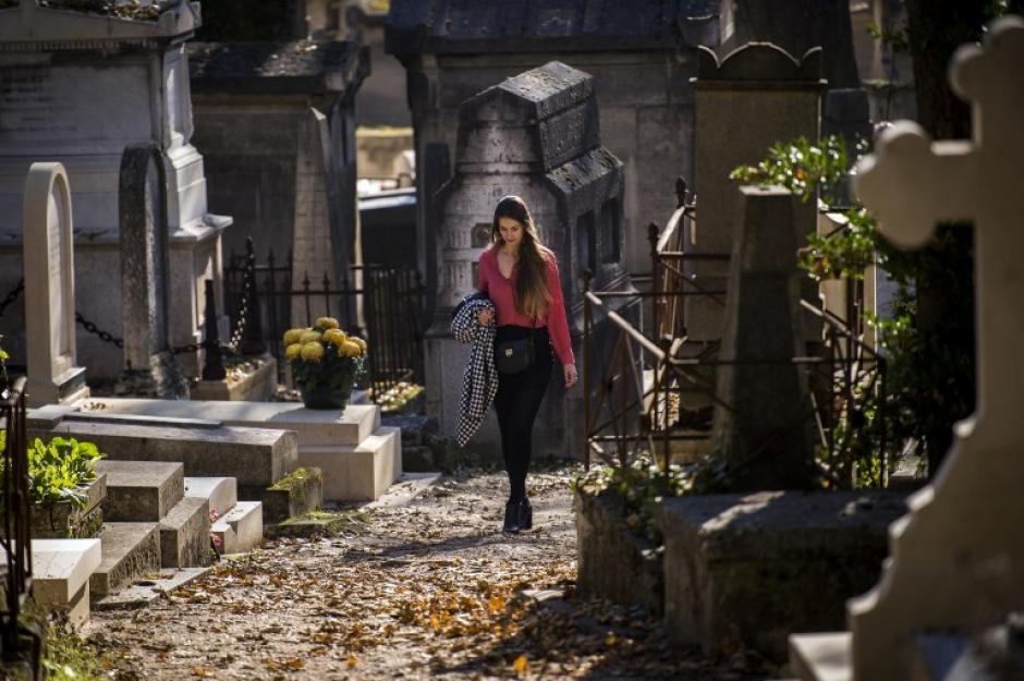 Una mujer camina entre las tumbas en el cementerio Pere Lachaise el 1 de noviembre de 2015, en París durante el Día de Todos los Santos. (Foto: AFP/ LIONEL BONAVENTURE)