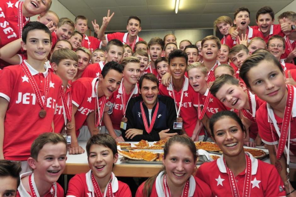 Federer compartió pizza con los alcanzapelotas del torneo en Basilea
