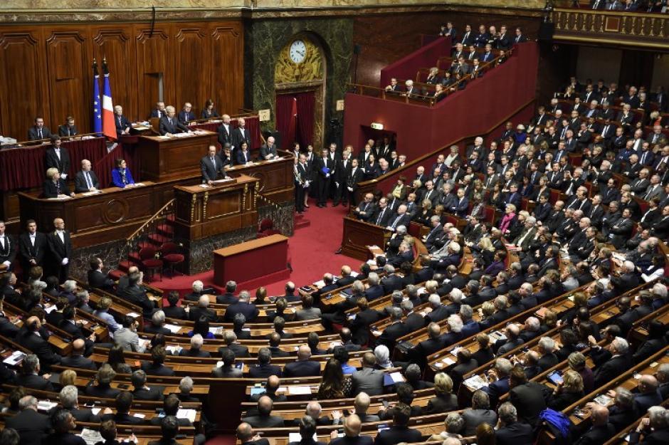 El Presidente François Hollande reclamó una prórroga por 30 días del estado de emergencia vigente desde la madrugada del sábado y una reforma constitucional que permita a Francia hacer frente en el plano interno. (Foto: AFP)