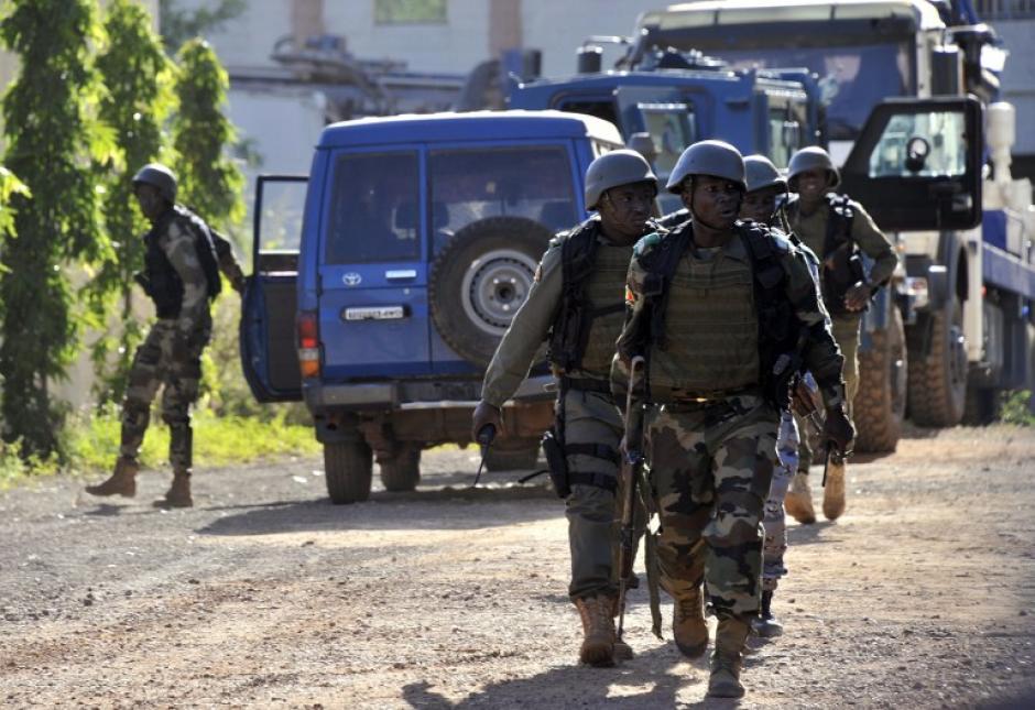 """Un total de """"125 clientes y 13 empleados"""" siguen """"en el recinto"""" del hotel Radisson de Bamako donde se produce este viernes una toma de rehenes. (Foto: AFP)"""