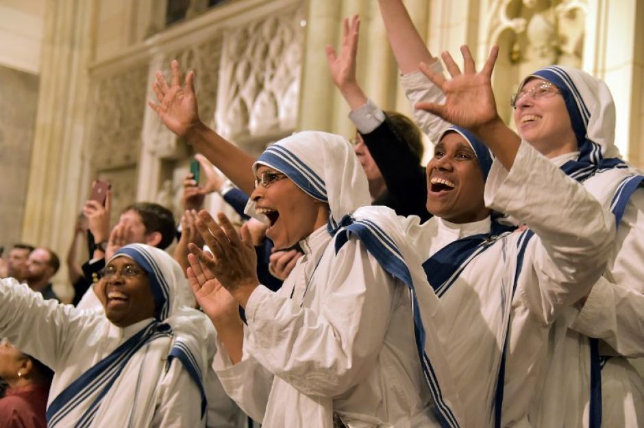 Monjas celebran mientras esperan la llegada de Francisco en la Catedral de San Patricio en Nueva York el 24 de septiembre de 2015. (Foto: AFP / VINCENZO PINTO)