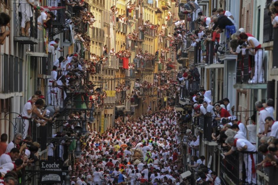 El primerencierrodelas fiestas de SanFermín,el 7 de juliode 2013en Pamplona, al norte de España. El festival es unsímbolo de la culturaespañolaque atrae amiles de turistaspara verlascorridas de torosa pesar de lacondena por parte degrupos en favor de losderechos de los animales.(Foto:AFP/PEDROARMESTRE)