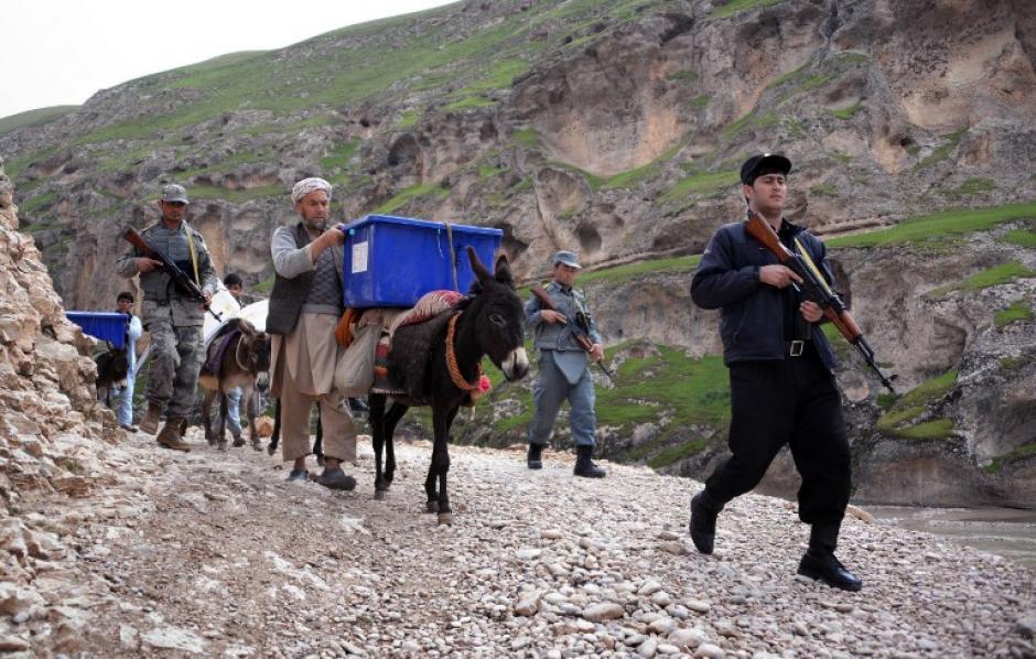 """Como en cada elección, las mulas afganas se convierten en """"agentes electorales"""", transportando en el lomo urnas y boletas a las regiones montañosas más inaccesibles del país para que los ciudadanos puedan ejercer su derecho electoral.En total unos 4.000 mulas y caballos participarán en el transporte del material electoral en la nueve provincias más montañosas de Afganistán.(Foto: AFP)"""