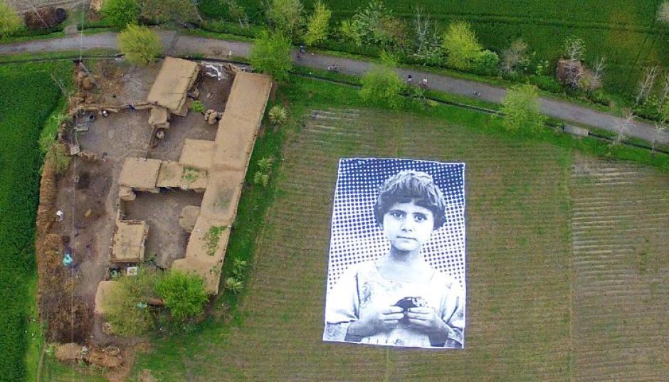 """Esto es lo que ve un operador de """"drones"""" estadounidenses en la región deKhyber-Pakhtunkhwa, Pakistán. Se trata de fotografías gigantes de niños que han perdido la vida en los ataques teledirigidos hechos por drones. Éste es un proyecto realizado por artistas pakistaníes con la esperanza de detener los bombardeos en las poblaciones del país.(Foto. AFP)"""
