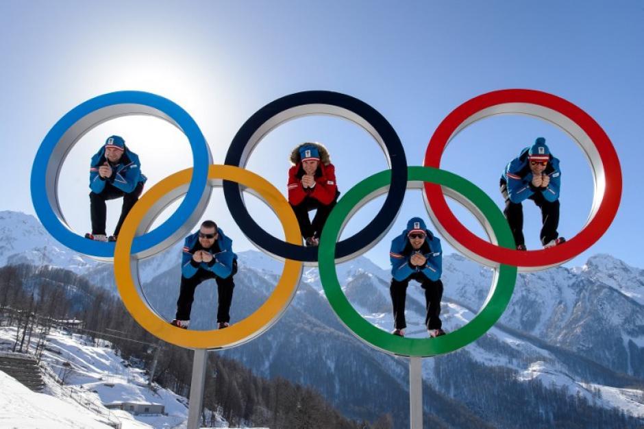 Los esquiadores australianos Georg Streitberger, Klaus Kroell, Max Franz, Joachim Puchner, Romed Baumann posan en los aros olímpicos en la villa de la montaña a unas cuantas horas de iniciar los Juegos de Invierno en Sochi. Ésta es la imagen del miércoles 5 de febrero. Foto AFP
