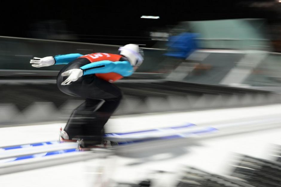 El ruso Alexey Romashov durante la competencia de esquí acrobático en el RusSki Gorki Jumping Center. (Foto: Peter Parks/AFP)