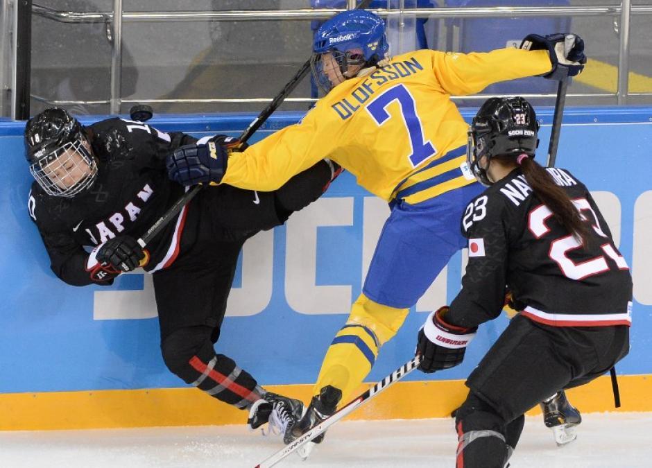 Johanna Olofsson de Suecia choca con la japonesa Haruna Yoneyama durante un juego de hockey entre ambas selecciones por parte del grupo B