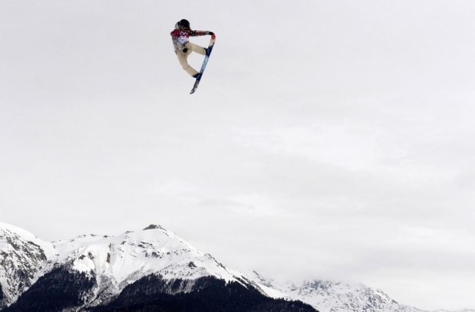 Asombroso salto de la estadounidense Jamie Anderson durante la competencia femenina de snowboard slopestyle.