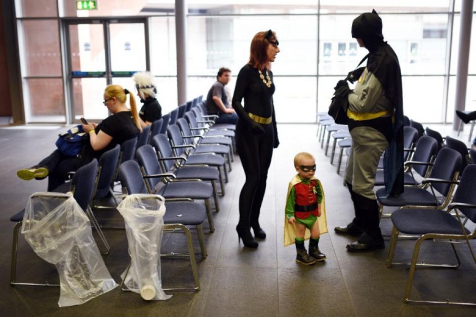 Los cosplayers Natasha y Conor Lindop disfrazados como personajes de Batman acompañan a su hijo de dos años Dylan al Comic Con. (Foto: Oli Scarff/AFP)